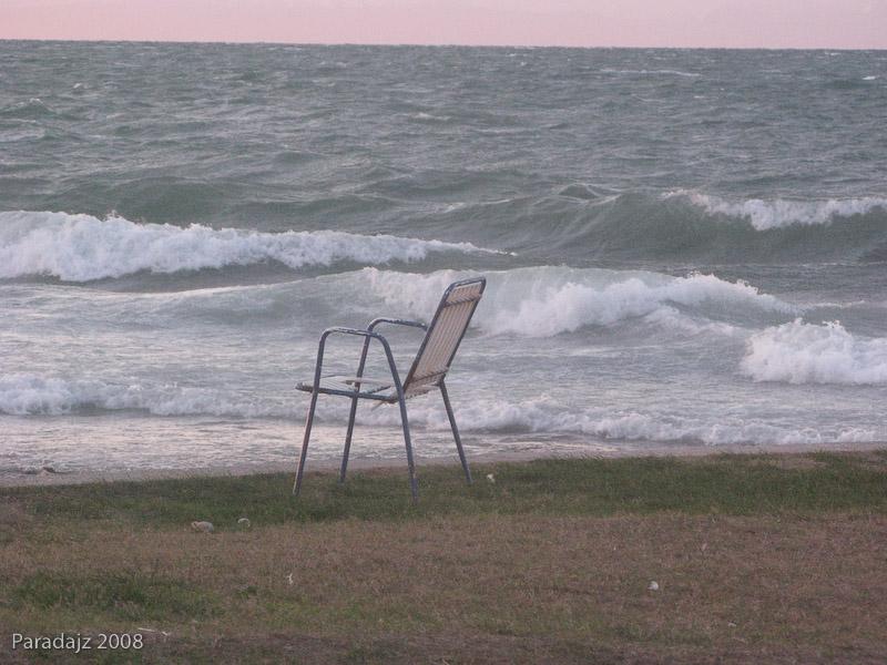 Stol na obali