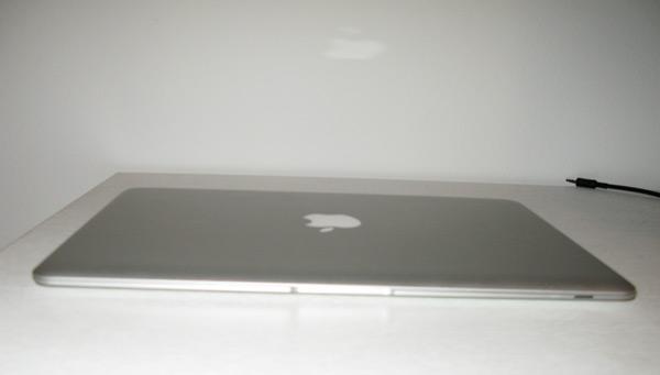 MacBook Air odsev jabolčka na steni